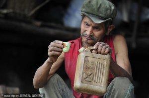 Ancião bebe gasolina para tratar a tosse