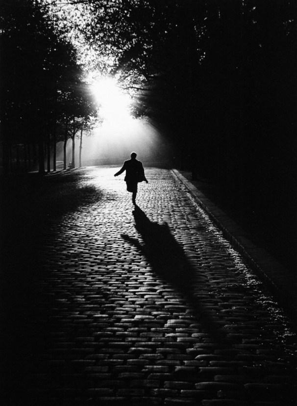 Into the Night, Paris 1953 - Photo © Sabine Weiss
